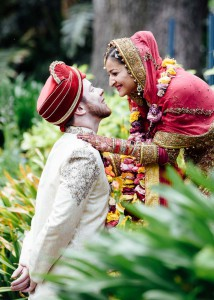 41-melboBride and groom kissing in Fitzroy Gardensurne-wedding-fitzroy-gardens