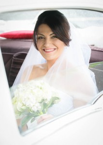 bride-arrives-in-wedding-car