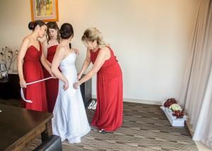 bridesmaids-helping-bride-balgownie